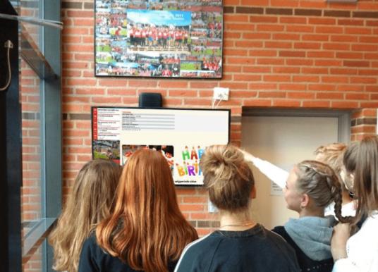 Digital øjenhøjde med elever via infoskærme